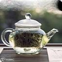 Белый чай Свое название белый чай получил из-за серебристых ворсинок на почках на тыльной стороне листьев, сохраняющихся после обработки. Другие виды чаев в процессе скручивания и ферментации теряют эти нежные ворсинки. Основная идея белого чая — сохранить чайный лист в том виде, в котором он растѐт ...